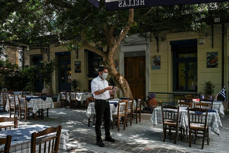 Seorang pelayan di salah satu restoran di Yunani yang sudah mulai dibuka kembali usai lockdown.