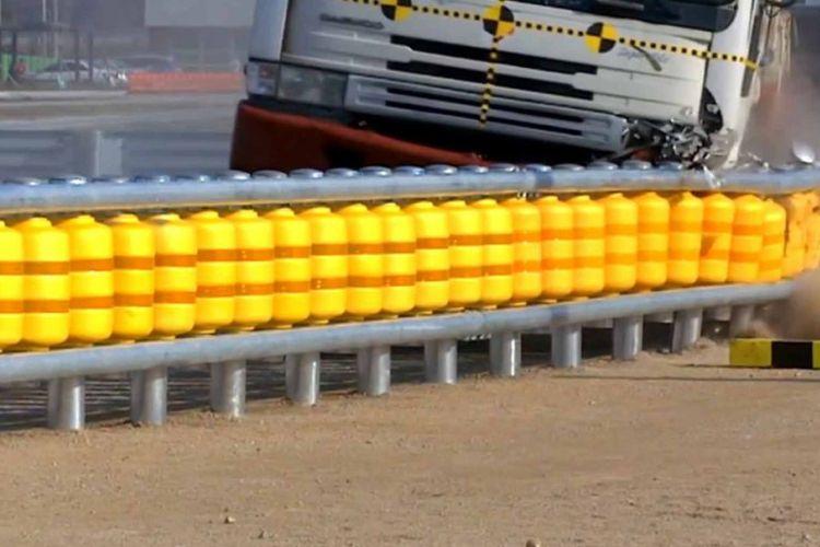 Pagar pembatas Rolling Barrier System salah satu teknologi menekan angka kecelakaan lalu lintas yang dibuat oleh Korea Selatan.