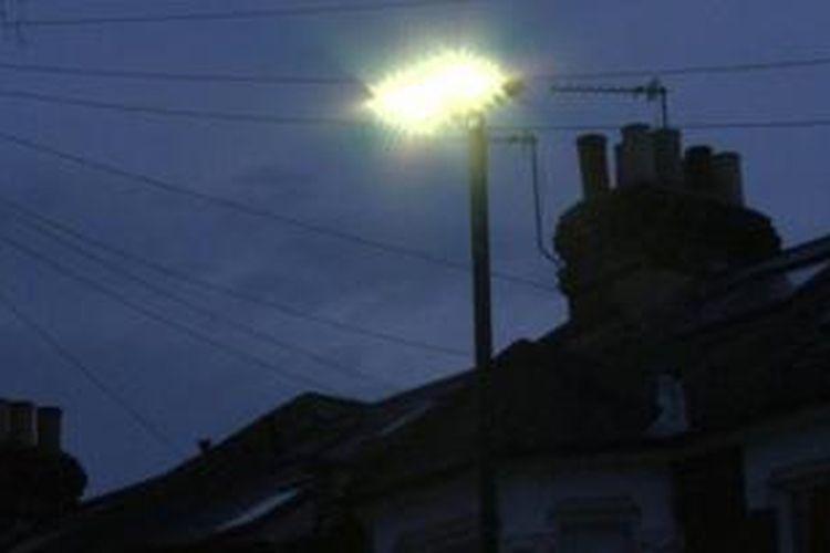 Proyek pengadaan lampu jalan senilai jutaan Pounsterling di London mendapat kecaman penduduk setempat. Menurut mereka, lampu-lampu berteknologi LED tersebut terlalu terang.