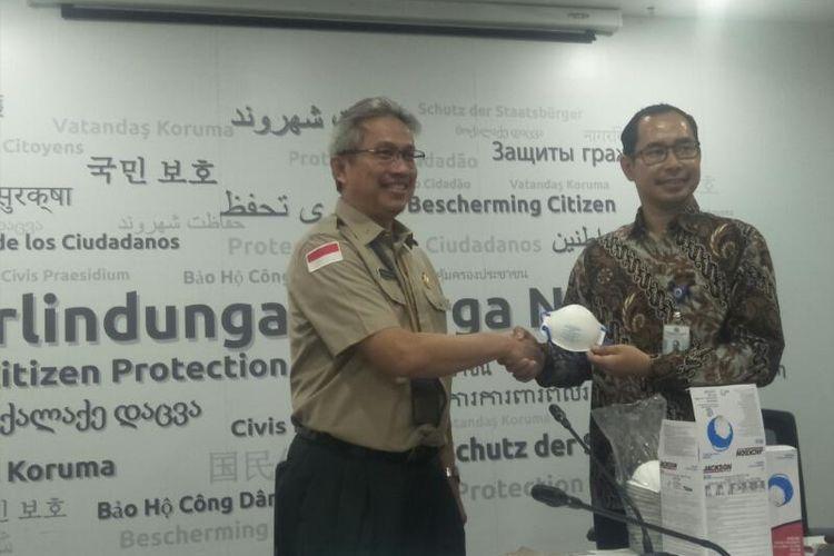 BNPB Serahkan Bantuan Masker untuk WNI di China Secara Simbolis ke Kementerian Luar Negeri, di Kantor Kementerian Luar Negeri, Jakarta Pusat, Rabu (29/1/2020)