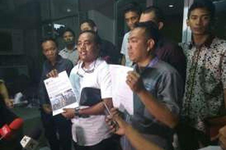 Kelompok relawan Kotak Adja (Komunitas Muda Ahok Djarot) melaporkan ke Polda Metro Jaya, Jumat (7/10/2016) terkait video Gubernur DKI Jakarta Basuki Tjahaja Purnama alias Ahok yang membuat heboh beberapa hari terakhir.