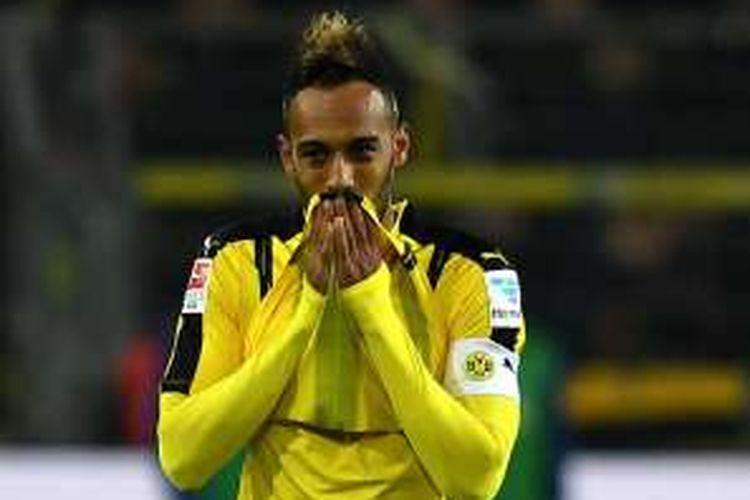 Ekspresi penyerang Borussia Dortmund, Pierre-Emerick Aubameyang, setelah gagal membobol gawang Hertha BSC dalam laga Bundesliga di Signal Iduna Park, Jumat (14/10/2016).