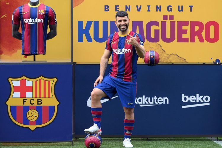 Penyerang baru Barcelona Sergio Aguero saat diperkenalkan di Stadion Camp Nou pada 31 Mei 2021.