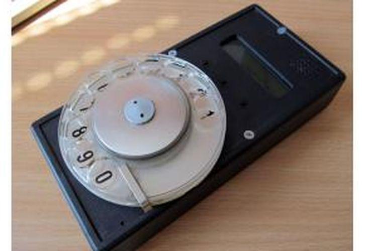 Ponsel unik dengan tombol putar buatan Jaromir Sukuba