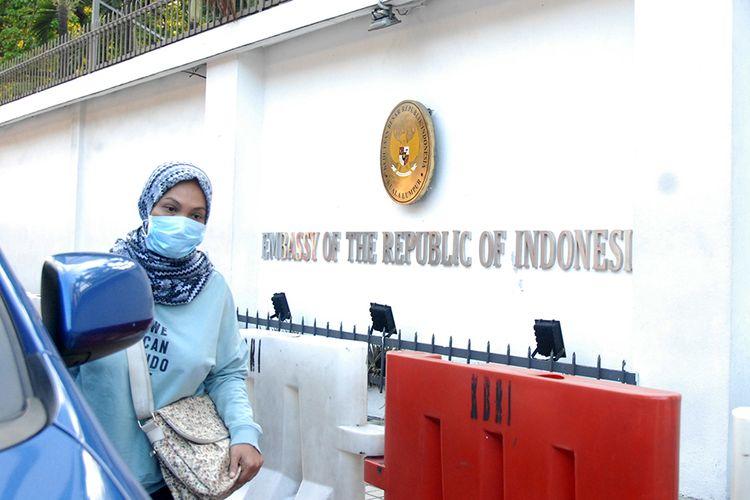 Seorang WNI berjalan di depan kantor Kedutaan Besar Republik Indonesia (KBRI) di Kuala Lumpur, Malaysia, Selasa (17/3/2020). Sejumlah layanan di KBRI KL terpaksa dihentikan untuk sementara waktu setelah Perdana Menteri Malaysia Muhyiddin Yassin mengumumkan bahwa pemerintah Malaysia memutuskan untuk melaksanakan lockdown (Perintah Kawalan Pergerakkan) mulai 18 Maret hingga 31 Maret 2020 di seluruh negara bagian dalam rangka mengatasi penyebaran wabah COVID-19.