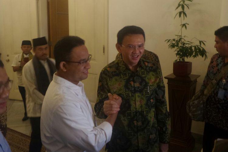 Gubernur DKI Jakarta Basuki Tjahaja Purnama dan calon gubernur Anies Baswedan bertemu di Balai Kota DKI, Jalan Medan Merdeka Selatan, Kamis (20/4/2017).