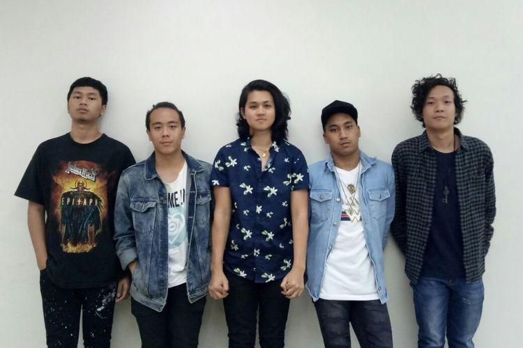 (Kiri ke kanan) Gege, Robeth, Nabil, Rishad, Rhein, personel Ringgo 5 saat berkunjung ke redaksi Kompas.com, di Gedung Kompas Gramedia, Palmerah Barat, Jakarta Pusat, Senin (25/9/2017).