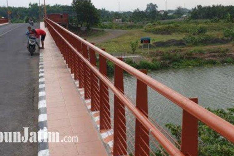Lokasi siswi sekolah SMA di Mojokerto yang nekat terjun dari jembatan Rejoto ke Sungai Ngotok, Kecamatan Prajuritkulon, Kota Mojokerto.