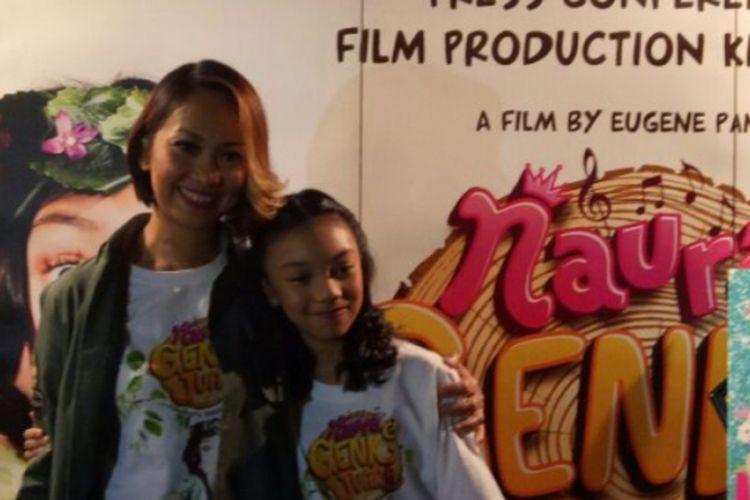 Naura  dan ibunya, Nola B3, berfoto berdua sesudah konferensi pers film Naura & Genk Juara di Pondok Indah Mall 1, Jakarta Selatan, Kamis (30/3/2017).