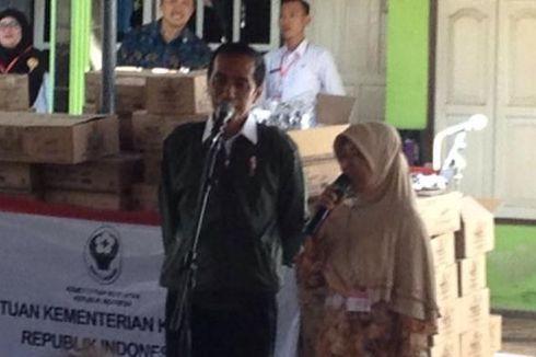 Jokowi Bagi-bagi Biskuit untuk Warga Situbondo
