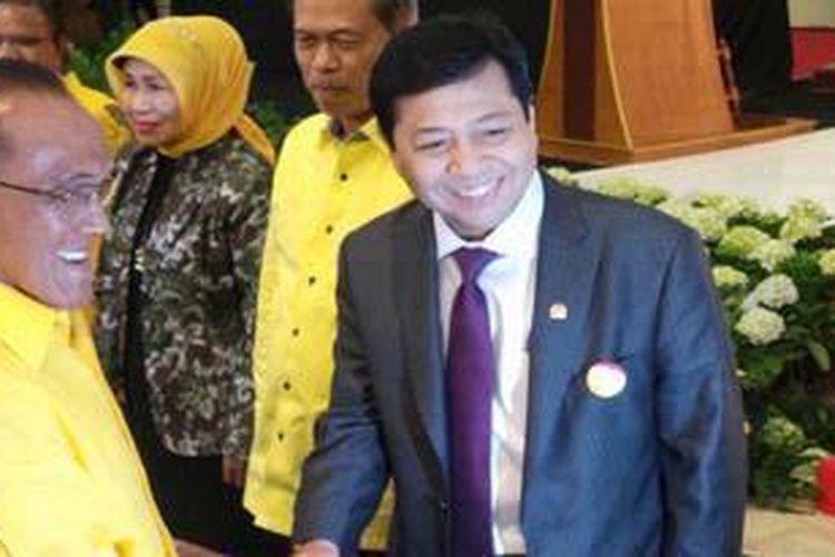 Ketua Umum Partai Golkar Aburizal Bakrie menyematkan pin Forum Komunikasi Fraksi Golkar se-Indonesia kepada Ketua Fraksi Partai Golkar di DPR RI, Setya Novanto.
