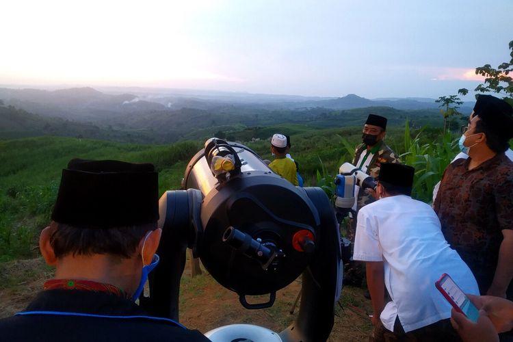 proses pemantauan hilal di Bukit Banjarsari, Kecamatan Wonotirto, Kabupaten Blitar, Senin (12/4/2021)