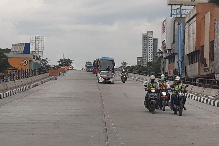 Kendaraan melintasi Flyover Purwosari dalam uji coba di Solo, Jawa Tengah, Kamis (17/12/2020).