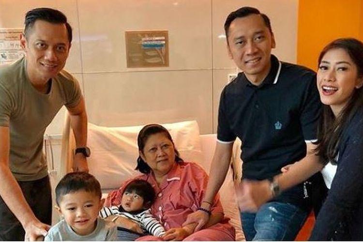 Ani Yudhoyono terbaring di kasur perawatan dan berfoto bersama anak dan cucunya.