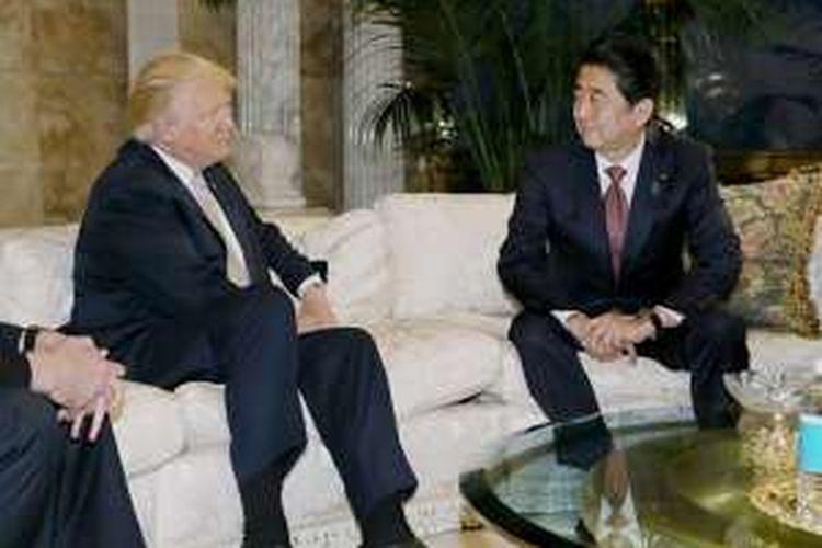 Gambar ini dirilis oleh pihak Sekretariat Kabinet Jepang pada 18 November 2016, menunjukan Perdana Menteri Jepang Shinzo Abe (kanan) sedang berbicara dengan Presiden terpilih AS Donald Trump di New York.