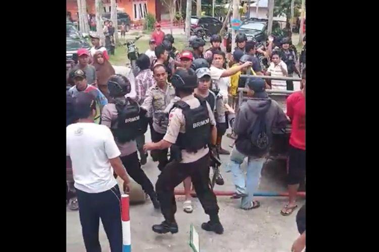 Cekcok soal karcis, anggota Brimob terlibat bentrok dengan warga dan pengelola objek wisata di Polewali Mandar, Senin (20/1/2020).