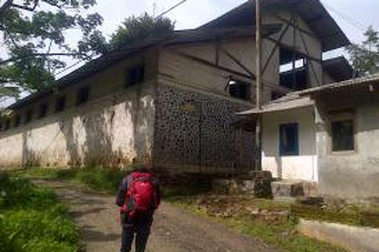 Salah seorang warga melintasi gedung bekas kantor radio komunikasi pertama yang dibangun oleh Kolonialisme Belanda yang berada di Kampung Radio, Kecamatan Cililin, Kabupaten Bandung Barat Jawa Barat.