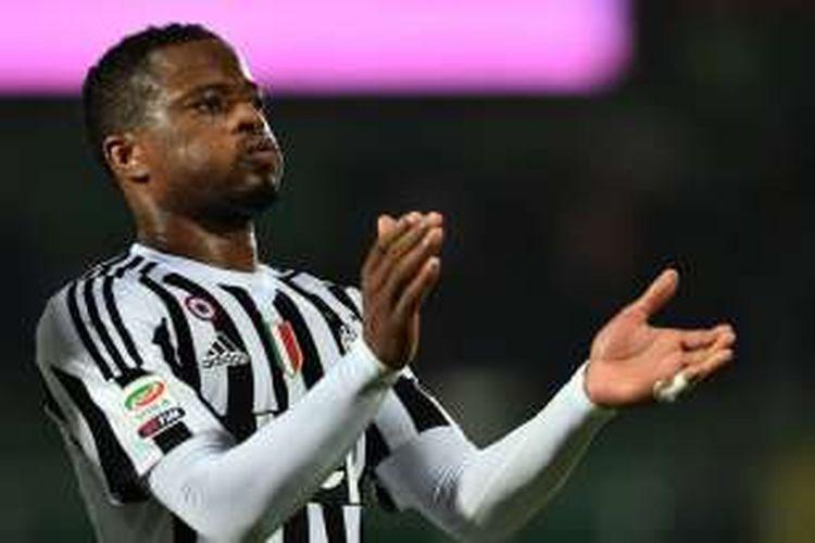 Bek sayap Juventus, Patrice Evra, resmi memperbarui kontraknya hingga 2017.