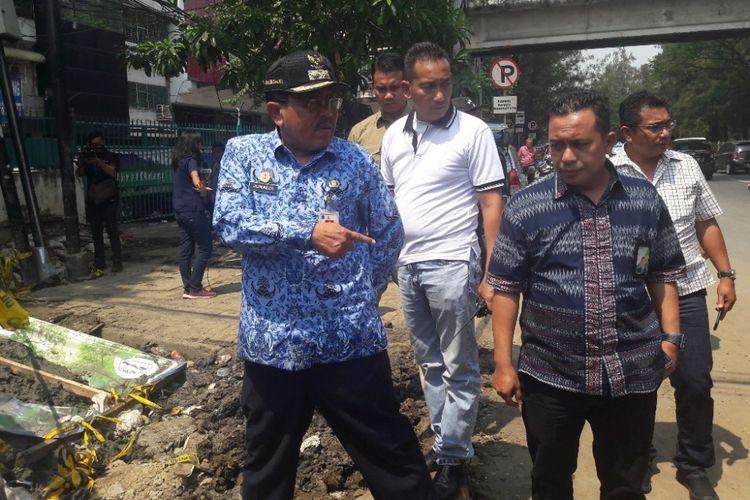 Wakil Wali Kota Jakarta Utara Junaedi meninjau lokasi proyek galian pipa PAM Jaya yang menewaskan seorang pekerjanya di Jalan Jembatan Tiga, Penjaringan, Rabu (2/5/2018).