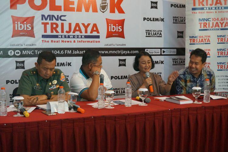 Direktur Topografi TNI Angkatan Darat Brigjen TNI Asep Edi Rosidin (paling kiri),  Kepala Pusat Penelitian Kewilayahan LIPI Ganewati Wuryandari (kedua dari kanan),  dan Kepala Pusat Pemetaan Batas Wilayah Badan Informasi Geospasial Ade Komara Mulyana dalam sebuah diskusi, Sabtu (16/11/2019).