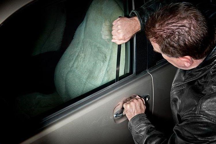 Ilustrasi saat mobil terkunci dari dalam.