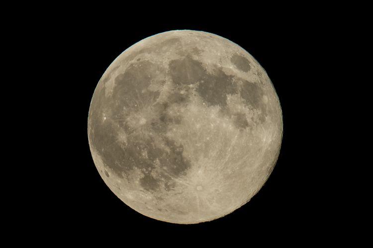 Bulan purnama atau supermoon terlihat, 10 Agustus 2014, di Washington, Amerika Serikat. Supermoon terjadi ketika orbit bulan paling dekat (perigee) dengan Bumi pada saat yang sama penuh.