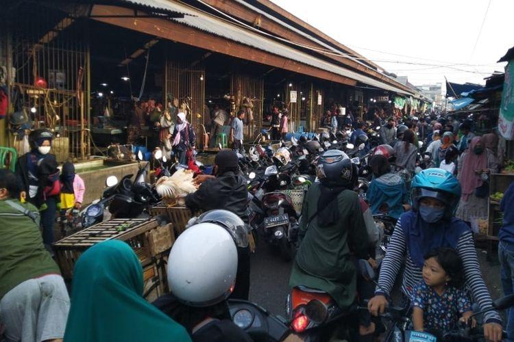 Warga tetap berjubel menyerbu Pasar Induk Cikurubuk untuk membeli kebutuhan makanan menjelang bulan Ramadhan meski saat masa pandemi corona, Kamis (23/4/2020).