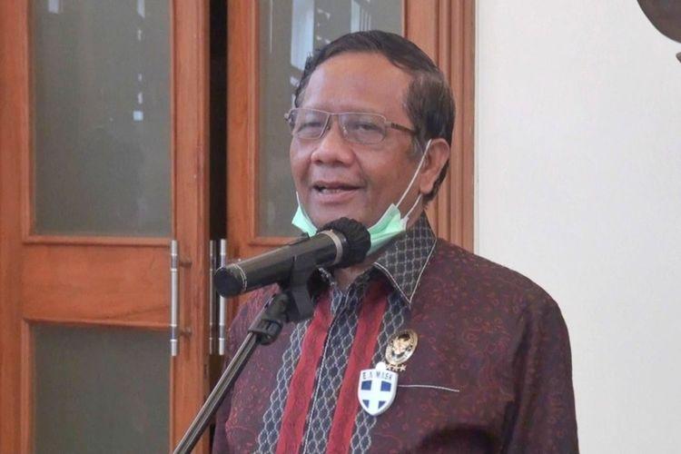 Menteri Koordinator Politik, Hukum dan Keamanan (Menkopolhukam) Mahfud MD saat menemui wartawan usai rapat di Gedhong Pracimasono, kompleks Kepatihan, Senin (15/06/2020).