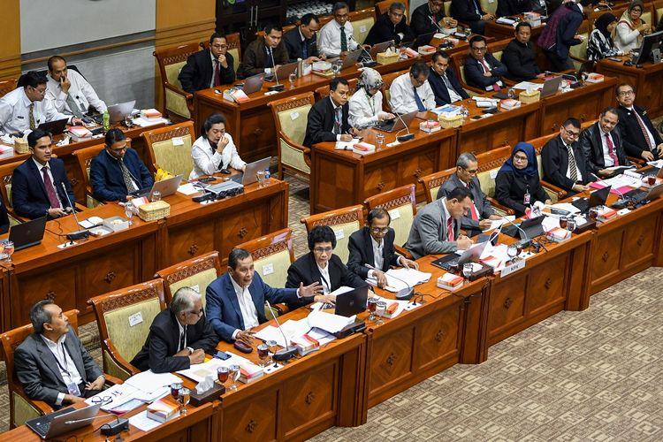 Suasana jalannya Rapat Dengar Pendapat (RDP) Komisi Pemberantasan Korupsi (KPK) dengan Komisi III DPR di Kompleks Parlemen, Jakarta, Senin (27/1/2020). RDP yang diikuti oleh jajaran Pimpinan KPK dan Dewan Pengawas KPK tersebut membahas mengenai rencana kinerja KPK tahun 2020, Pengelolaan SDM, Tugas Dewan Pengawas dalam pelaksanaan tugas dan wewenang KPK serta Sinergitas kordinasi dengan pimpinan KPK dalam lingkup pengawasan. ANTARA FOTO/M Risyal Hidayat/foc.