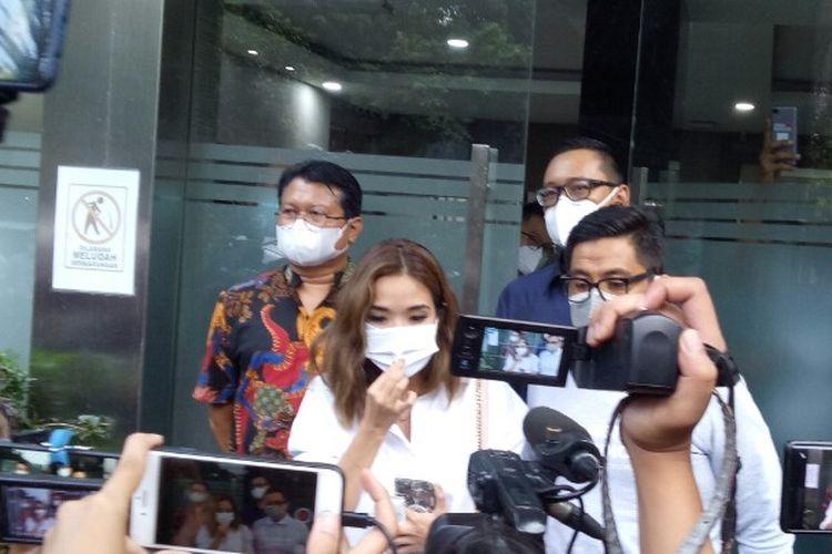 Artis berinisial GA yang disebut-sebut mirip seorang wanita di dalam video syur telah mendatangi Polda Metro Jaya,  Selasa (17/11/2020).  Kedatangan GA untuk memenuhi panggilan sebagai saksi terkait tersebarnya konten video dewasa itu.