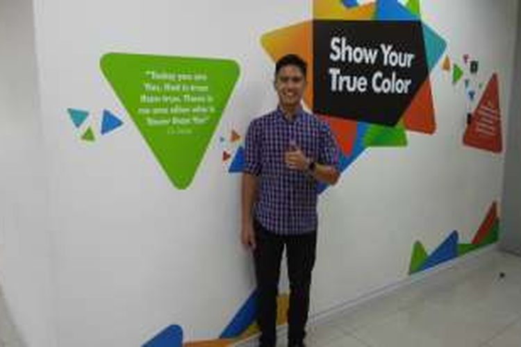 Pebalap muda Indonesia, Ali Adrian, berpose di kantor redaksi KOMPAS.com saat berkunjung pada Rabu (14/3/2016).