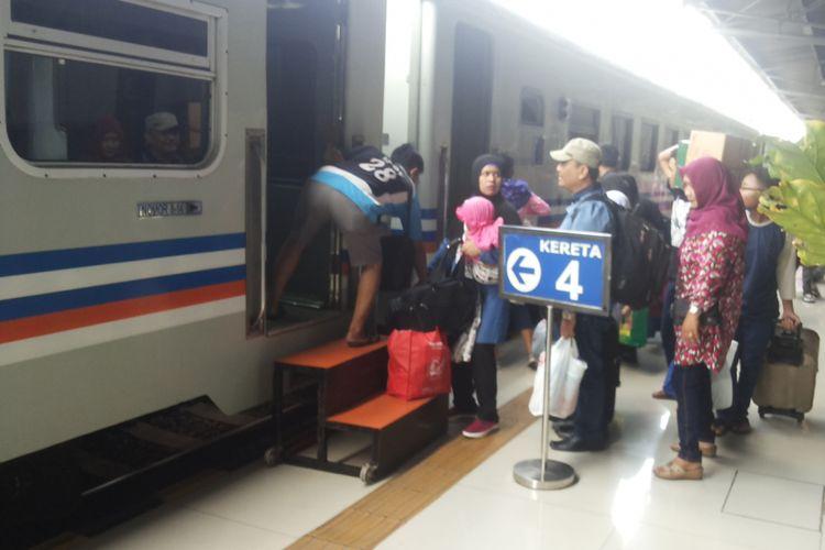 Para pemudik pengguna kereta yang berangkat dari Stasiun Senen, Jakarta Pusat pada Selasa (20/6/2017).
