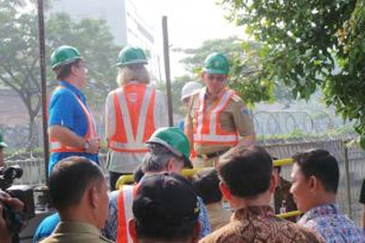 Gubernur DKI Jakarta Basuki Tjahaja Purnama saat meninjau keadaan Kanal Banjir Barat (KBB) di Palyja, Jakarta Pusat, Selasa (19/5/2015).