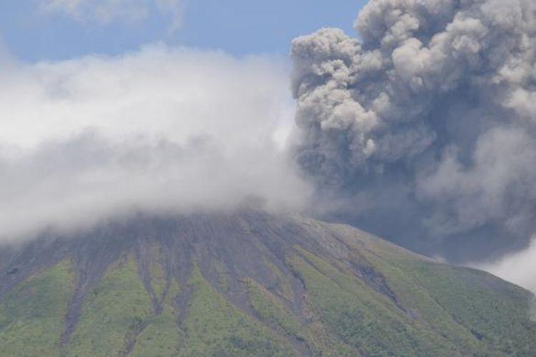 Gunung Gamalama, Ternate, Maluku Utara kembali semburkan abu vulkanik setinggi 300-500 meter