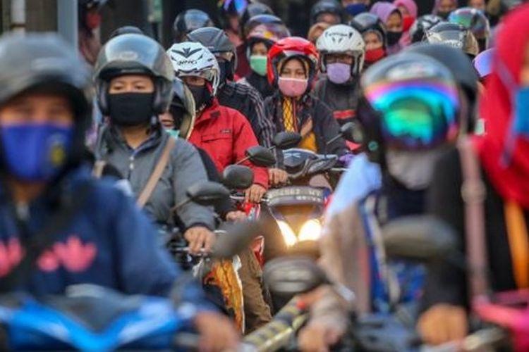 Sejumlah buruh pabrik pulang kerja di kawasan Cikupa, Kabupaten Tangerang, Banten, Jumat (17/4). Center of Reform on Economics memperkirakan jumlah pengangguran terbuka pada kuartal II 2020 akan bertambah 4,25 juta orang akibat pandemi COVID-19.