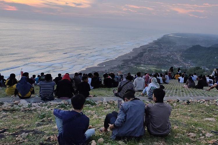 Wisatawan menikmati pemandangan sunset di Bukit Paralayang Watugupit, Bantul, Yogyakarta, Kamis (23/1/2020).