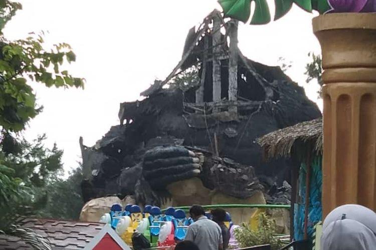 Patung gorila atau kingkong di Batu Secret Zoo, Jatim Park 2 Kota Batu yang roboh akibat gempa di laut selatan Kabupaten Malang, Sabtu (10/4/2021). Keterangan foto: diambil dari foto yang beredar di aplikasi perpesanan whatsapp group.