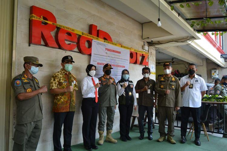 Satuan Polisi Pamong Praja (Satpol PP) menyegel Reddoors Plus Near TIS Square di Jalan Tebet Barat Dalam X No 2, Tebet Barat, Tebet, Jakarta Selatan pada Kamis (29/4/2021) pagi.