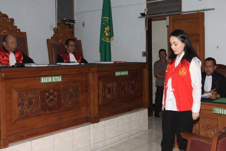 Terdakwa kasus dugaan penyalahgunaan narkoba Jennifer Dunn bersiap menjalani sidang perdana dengan agenda pembacaan dakwaan oleh Jaksa Penuntut Umum di PN Jakarta Selatan, Jakarta, Kamis (5/4). Jennifer Dunn didakwa membeli obat terlarang berjenis sabu-sabu dan melanggar Pasal 114, 112, dan 127 Undang-undang Nomor 35 Tahun 2009 tentang Narkotika karena menyalahgunakan narkotika. ANTARA FOTO/ Reno Esnir/foc/18.