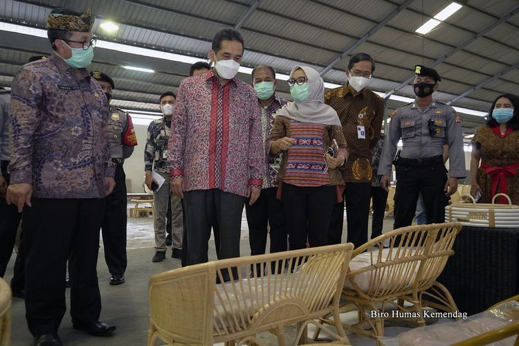 Menteri Perdagangan Agus Suparmanto melepas ekspor furnitur rotan hasil produksi pelaku UKM asal Cirebon, Jawa Barat, Kamis (5/11/2020).