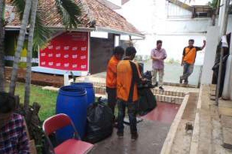 Pasukan oranye terlihat bersih-bersih di lokasi calon gubernur DKI Jakarta Basuki Tjahaja Purnama atau Ahok berkampanye di dalam Rumah Lembang, Menteng, Jakarta Pusat, Senin (21/11/2016).