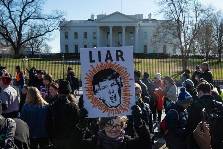 Serikat pekerja menggelar unjuk rasa di depan Gedung Putih, Washington DC, pada Kamis (10/1/2019), menuntut pemerintah segera mengakhiri shutdown.