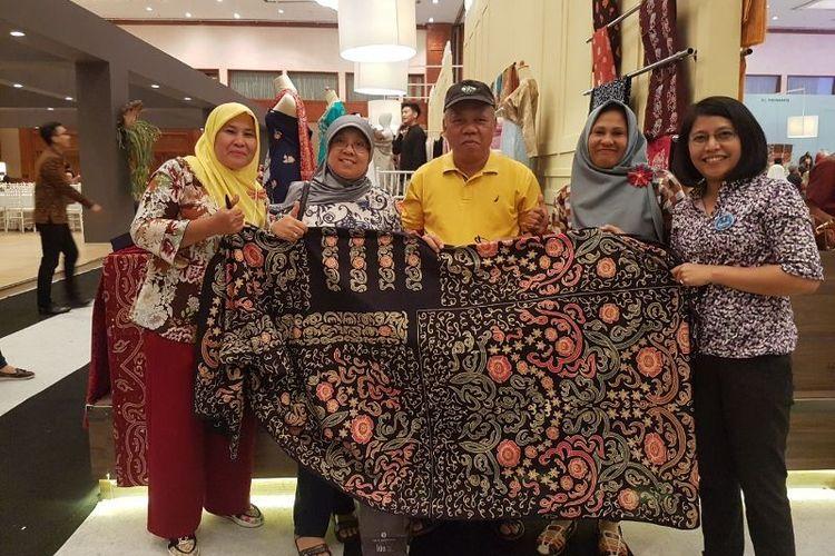 Menteri Pekerjaan Umum dan Perumahan Rakyat Republik Indonesia, Basuki Hadimuljono dan isteri membeli kain batik khas Bengkulu, Besurek, dalam acara Karya Kreatif Indonesia 2017 yang digelar Bank Indonesia di Jakarta Convention Center (JCC), Sabtu (19/8/2017).
