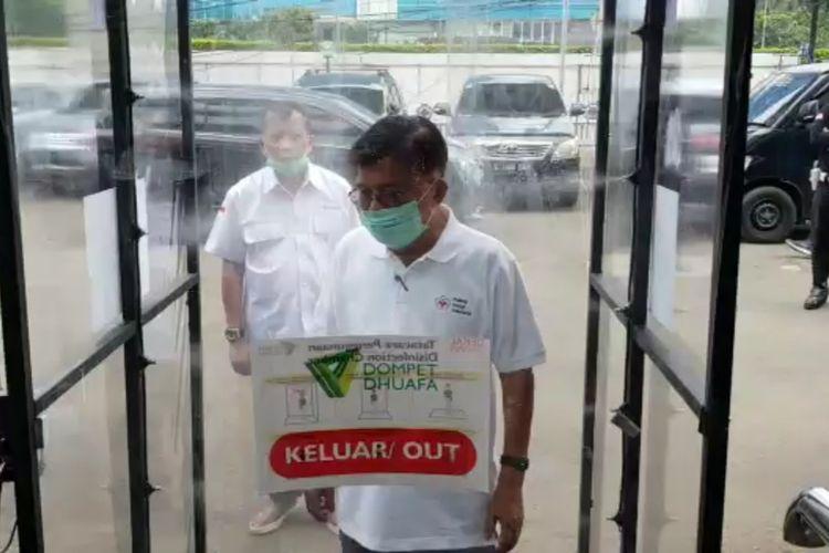 Ketua Umum PMI Jusuf Kalla mencoba bilik sterilisasi yang diterima dari Dompet Dhuafa, Kamis (26/3/2020).