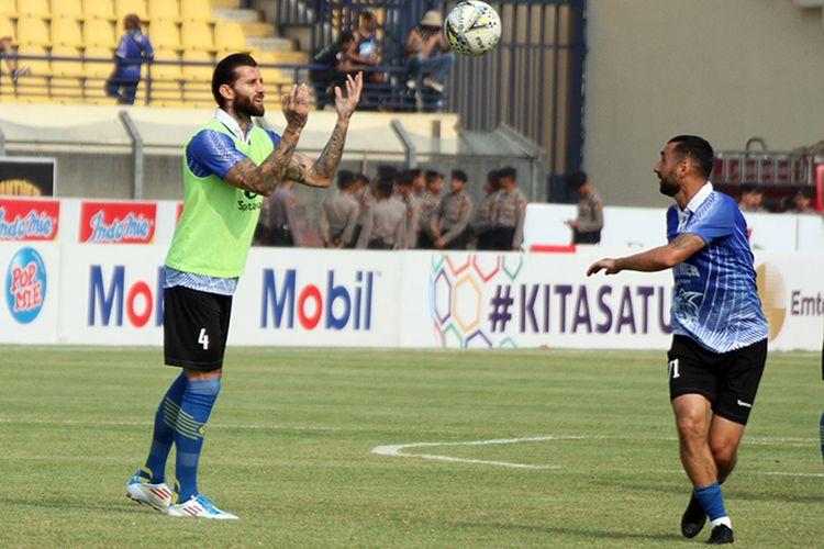 Bojan Malisic dan Artur Gevorkyan melakukan pemanasan sebelum Persib berhadapan dengan Madura United, di Stadion Si Jalak Harupat, Kabupaten Bandung, beberapa waktu lalu. (KOMPAS.com/SEPTIAN NUGRAHA)