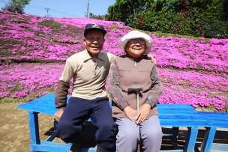 Kuroki menanam ribuan bunga Shibazakura untuk menghibur istrinya yang buta.