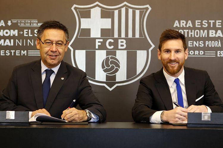 Mega bintang Barcelona, Lionel Messi, berpose bersama Presiden Barcelona, Josep Maria Bartomeu, setelah sang kapten menandatangani perpanjangan kontrak pada 25 November 2017.