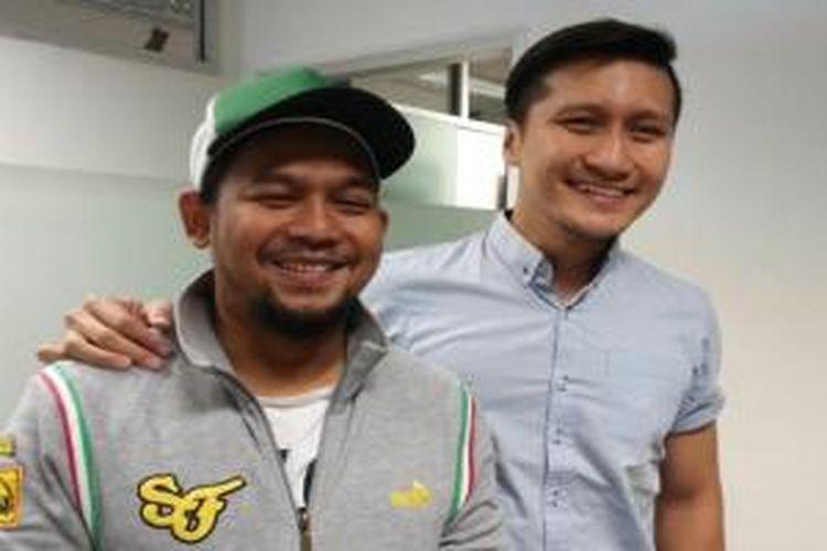 Arie Untung (kanan) berfoto bersama Bedu usai menjadi bintang tamu dalam acara ulang tahun Mustang Radio, di Menara BCA, Thamrin, Jakarta Pusat, Rabu (06/05/2015).