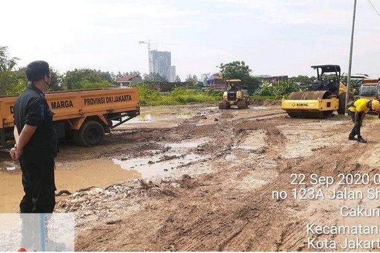 Foto pengurukan dua hektar lahan di TPU Rorotan, Kelurahan Rorotan, Kecamatan Cilincing, Jakarta Utara yang disiapkan untuk menjadi lokasi makam khusus Covid-19.