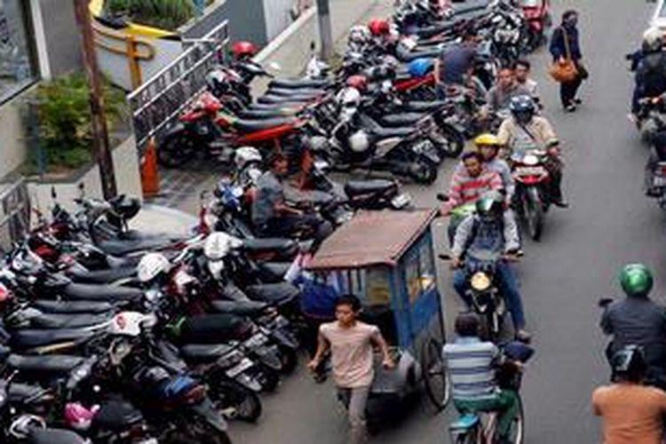 Motor parkir di pinggir jalan samping gedung perkantoran  di Jalan Tali Raya, Jakarta, Senin (8/4/2013). Wakil Gubernur DKI Jakarta Basuki T Purnama (Ahok) berencana menggandeng Institute for Transportation and Development Policy (ITDP), untuk melihat kemungkinan penerapan  sistem donasi parkir yang diterapkan di Hungaria untuk mengatasi parkir liar. Donasi parkir menetapkan orang membayar parkir berdasarkan kebutuhan, bekerja sama dengan juru parkir dan  menggunakan teknologi sistem Information Technology (IT).